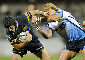 Brumbies Gene fairbanks ducks the tackle from Bulls Wynand Olivier in the Super 14 rugby match at Canberra Stadium, Friday, April 17, 2009. The Brumbies won the match 32-31. (AAP Image/Alan Porritt)