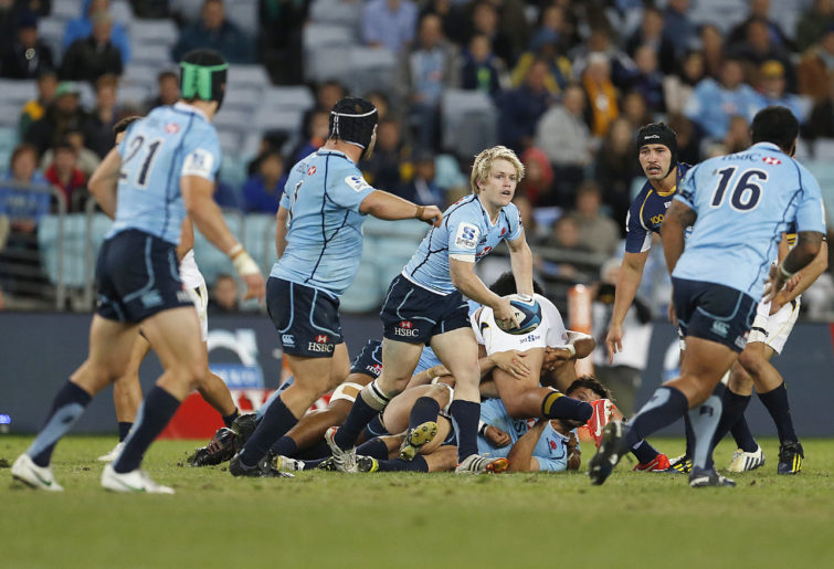 Matt Lucas of the NSW Waratahs passes from the ruck. (Photo: Paul Barkley/LookPro)