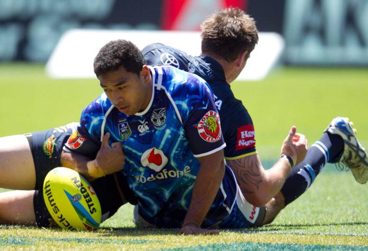 Warriors player Sebastine Ikahihifo scores a try. (AAP Image/SNPA, Teaukura Moetaua)