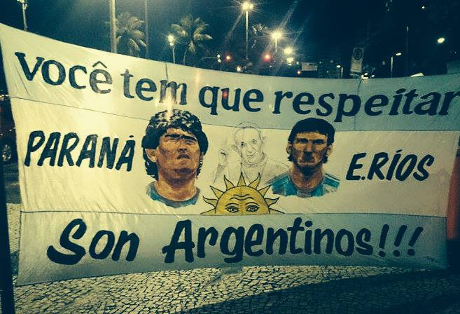 Passionate Argentine supporters before show off a banner before the grand final against Germany (Photo: Daniel Pontello)