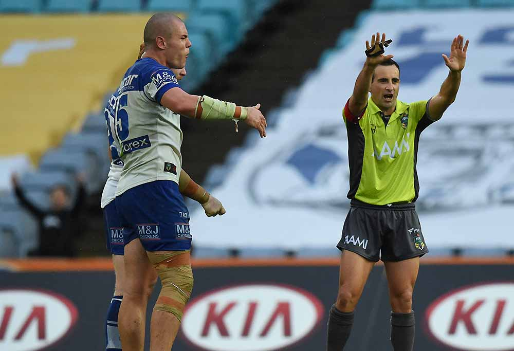 Referee Gerard Sutton sin bins Bulldogs David Klemmer