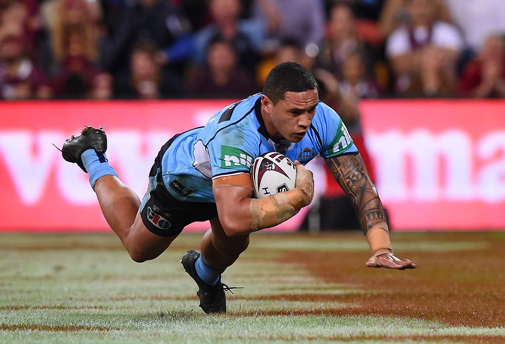 Tyson Frizell of the Blues scores a try