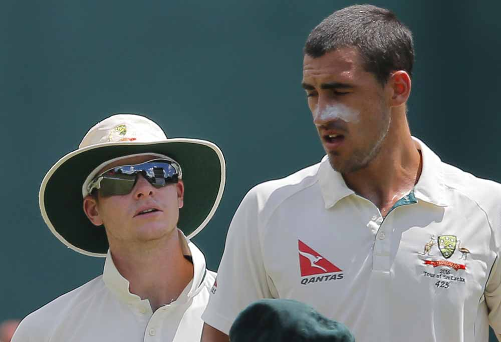 Steve Smith talks to Mitch Starc