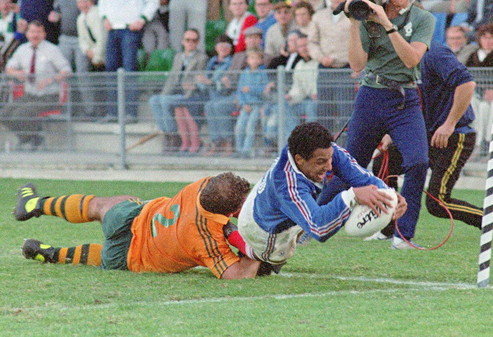 French fullback Serge Blanco dives in to score the winning try as Australian hooker Thomas Lawton tackles him in vain, 13 June 1987 in Sydney, during the overtime period of the Rugby World Cup semifinal match won by France 30-24 against Australia.