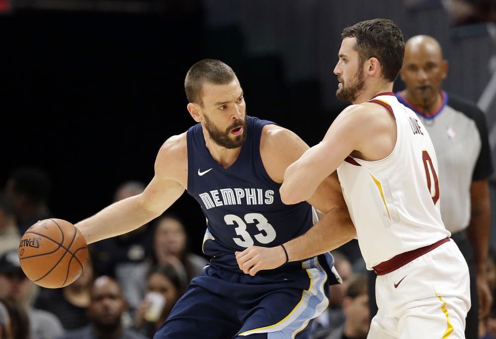 marc gasol backs down kevin love