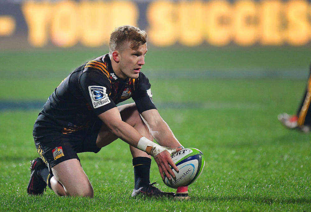 Waikato Chiefs' Damian McKenzie sets up a penalty kick during their Super Rugby semi-final match between the Canterbury Crusaders and Waikato Chiefs at AMI Stadium in Christchurch on July 29, 2017. / AFP PHOTO / Marty MELVILLE