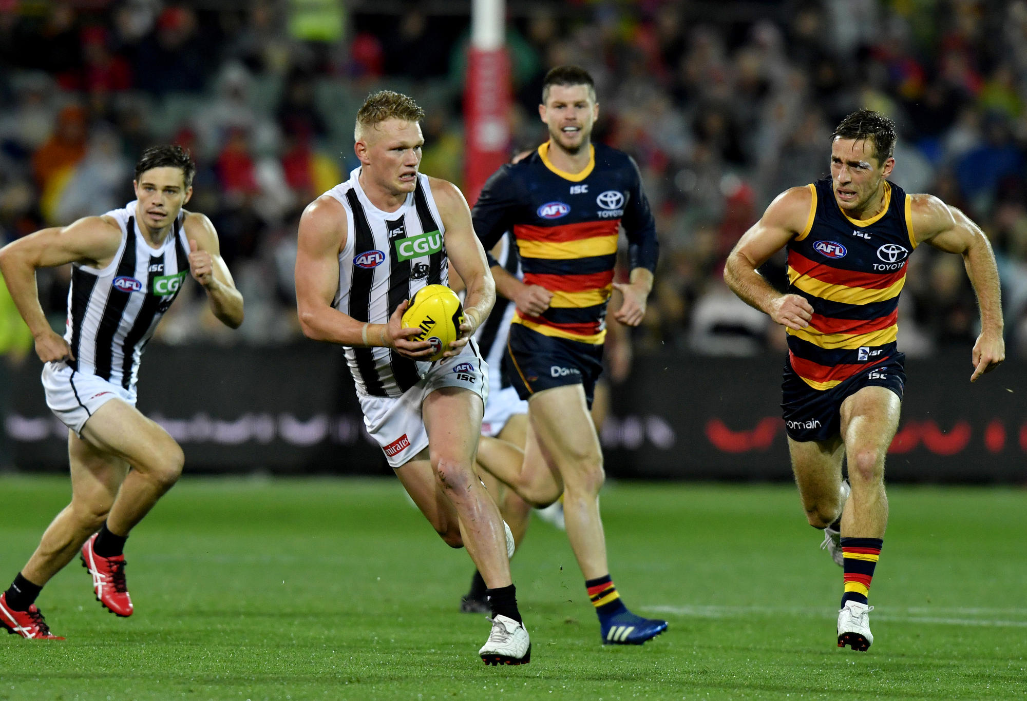 Adam Treloar runs for the Magpies