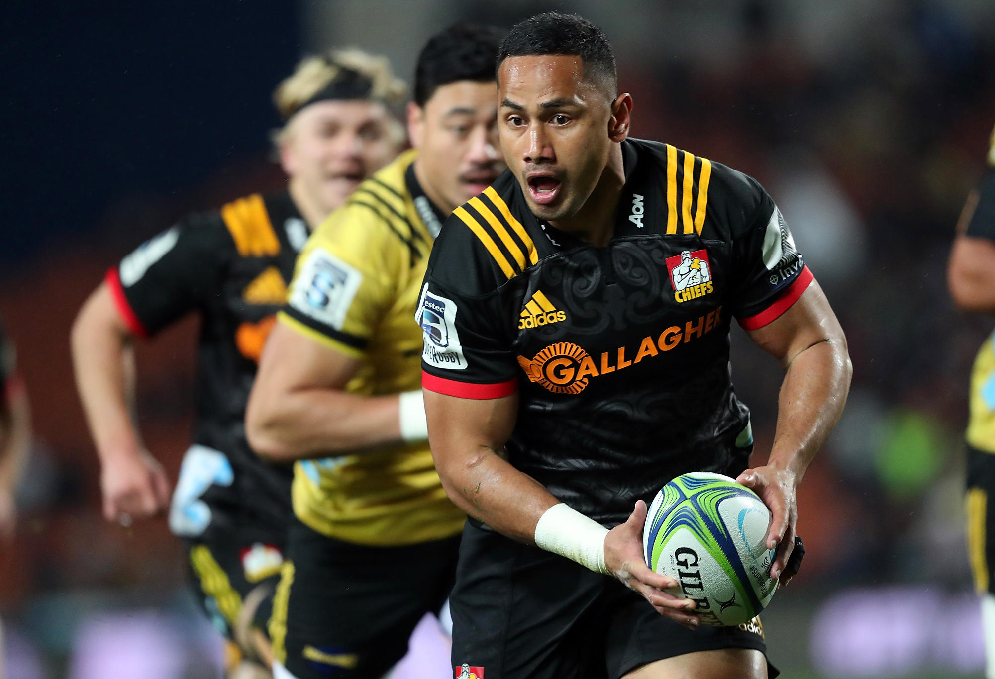 Toni Pulu runs for the ball with the Chiefs.