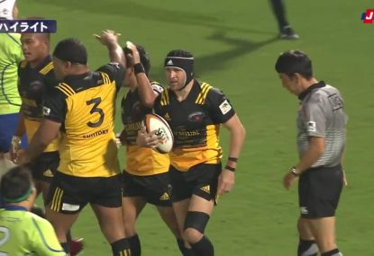 Matt Giteau exposes some horrendous defending in Japanese rugby