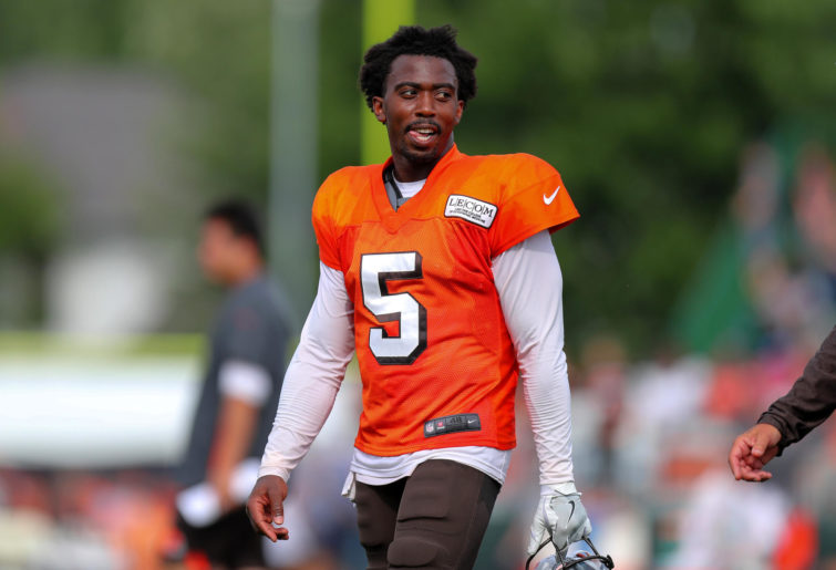 Cleveland Browns quarterback Tyrod Taylor leaves the field at the Cleveland Browns Training Camp.