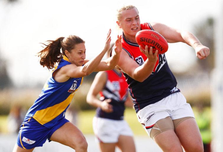 Hannah Mouncey handballs the ball.