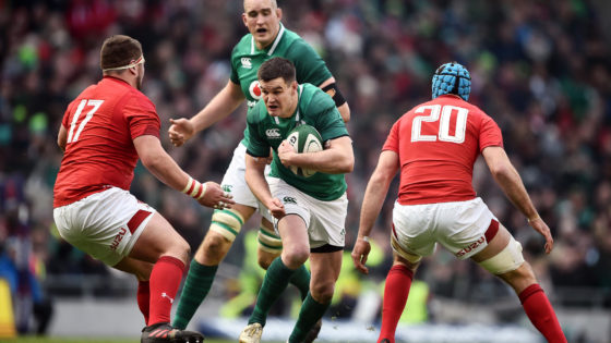 Johnny Sexton runs at Wales duo Justin Tipuric and Alun Wyn Jones