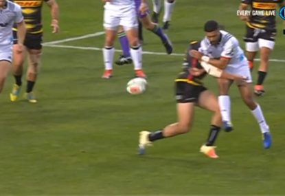 Richie Mo'unga's bonkers cross kick try assist
