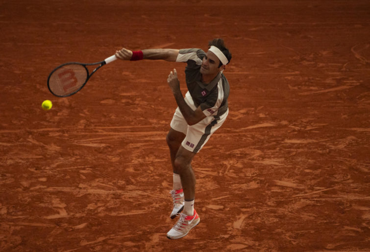 Rogerer Federer serving at Roland Garros.
