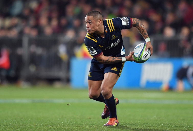 Aaron Smith of the Highlanders charges forward