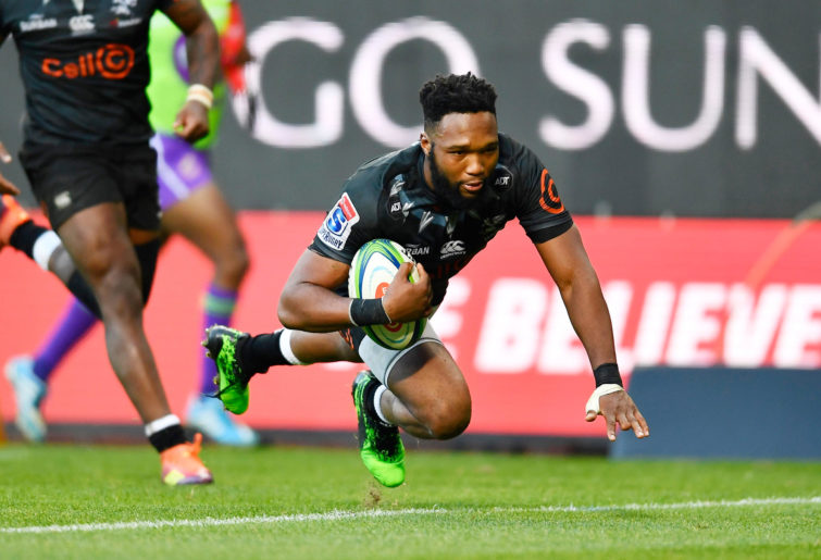 Lukhanyo Am of The Sharks scores a try
