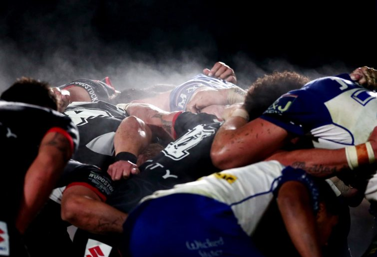 Warriors and Bulldogs players scrum