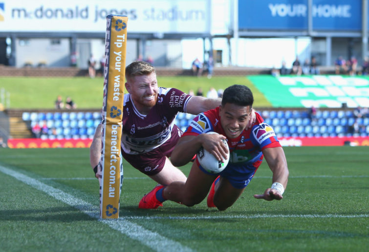 Starford To'a of the Newcastle Knights scores a try