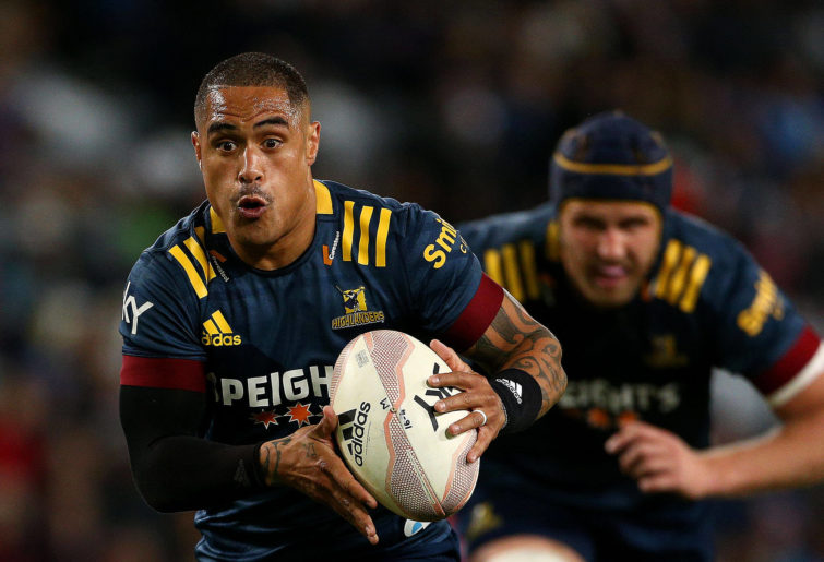 Aaron Smith of the Highlanders runs with the ball