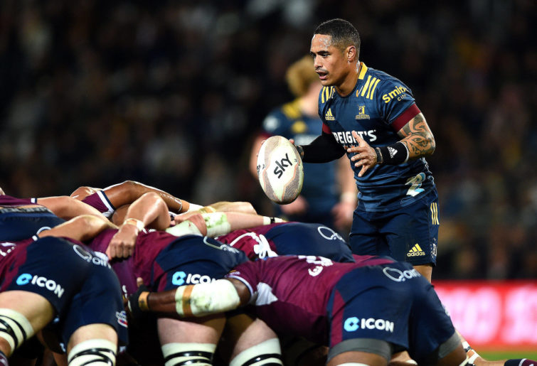 Aaron Smith of the Highlanders prepares to feed a scrum