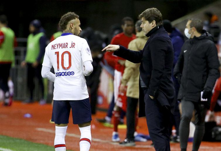 Mauricio Pochettino speaks to Neymar