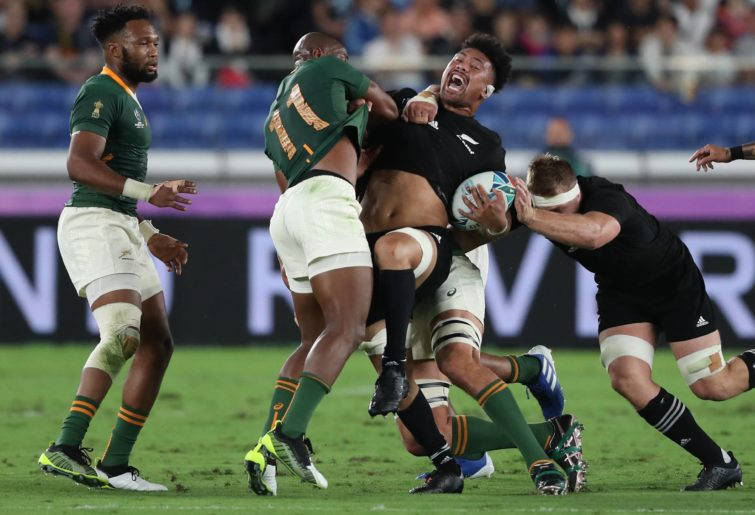 Ardie Savea of New Zealand is tackled by Makazole Mapimpi of South Africa