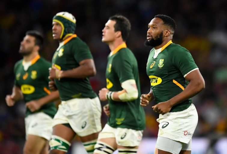 Lukhanyo Am of the Springboks preaprares for a restart with teammates